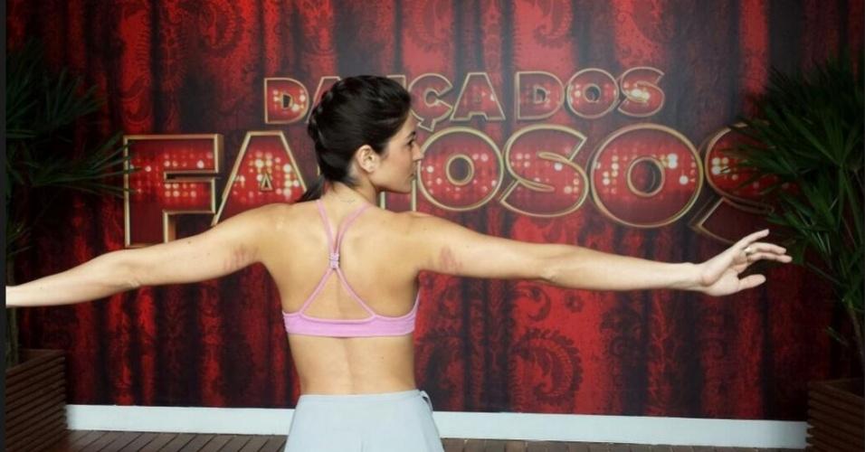 """30.mai.2013 - Atriz Carol Castro tem treino intenso no """"Dança dos Famosos"""" e exibe marcas no corpo"""