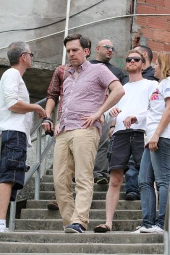 """30.mai.2013 - O ator Ed Helms, o Stu de """"Se Beber, não Case"""", e o elenco do longa visitam o Morro Dona Marta, no Rio de Janeiro"""
