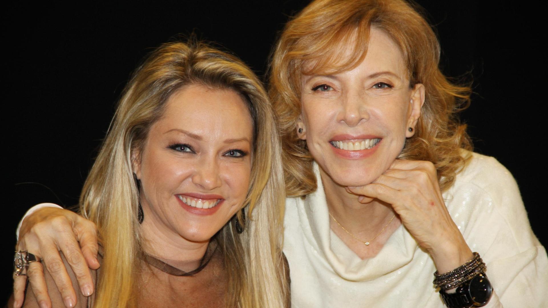Deborah Blando e Marília Gabriela posam para foto no programa