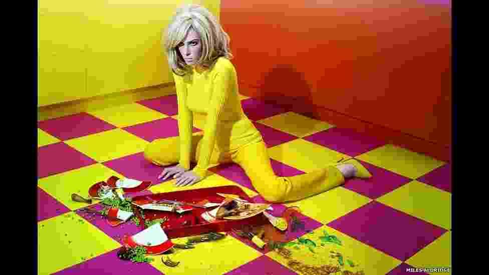 """O artista britânico Miles Aldridge, conhecido por seu trabalho em fotografia de moda inspirado em cinema, é o tema da exposição """"I Only Want You to Love Me"""", na galeria Steven Kasher, em Nova York - Miles Aldridge/Divulgação/BBC"""