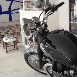 Triumph Boneville em ambiente da Casa Cor: chique até como decoração - Divulgação