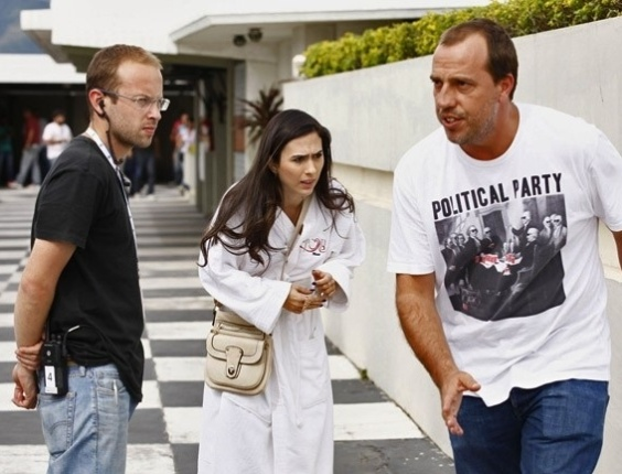 """29.mai.2013 - Tatá Werneck grava """"Amor à Vida"""" só de roupão em motel do Rio. Nas cenas, a periguete Valdirene estará andando só de roupão no meio da rua"""
