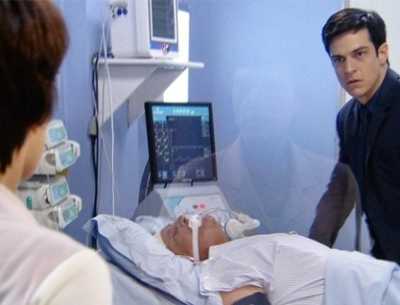 """Em """"Amor à Vida"""", Félix desconecta respirador de Atílio, mas Joana recoloca o equipamento"""