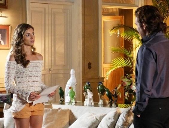 """Em """"Flor do Caribe"""", Alberto obriga Ester a incriminar Cassiano"""