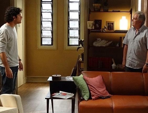 """Em """"Sangue Bom"""", pai de Giane conta a Bento que filha é apaixonada por ele"""