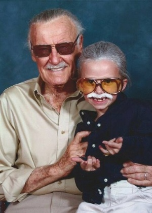 Stan Lee posa para foto com sua fã, Isabella (de 8 anos), na Comic-Con de Michigan - Facebook/Vincent Cracchiolo