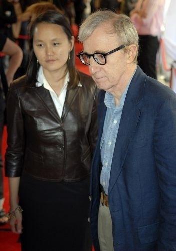 Woody Allen tinha 62 anos quando se separou de Mia Farrow para ficar com a filha adotiva da atriz Soon Yi, que estava com 27 anos. O casal está junto até hoje