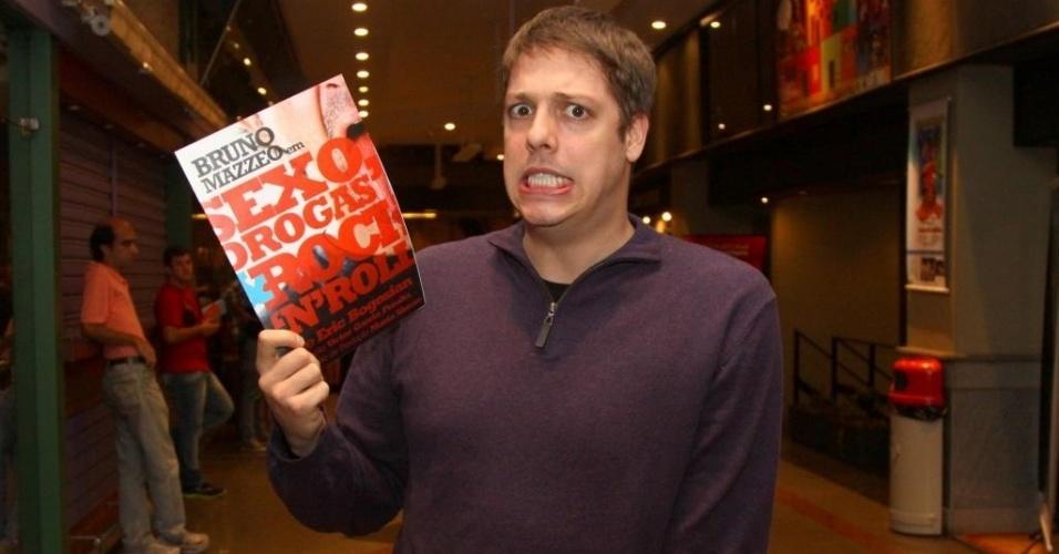31.mai.2013 - O humorista Fábio Porchat confere a estreia da nova peça do enteado, Bruno Mazzeo,