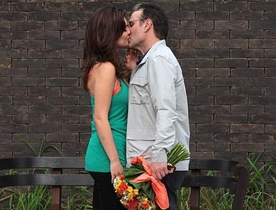 3.jun.2013: Wilson leva flores para Charlene, os dois se beijam e começam a namorar ali mesmo