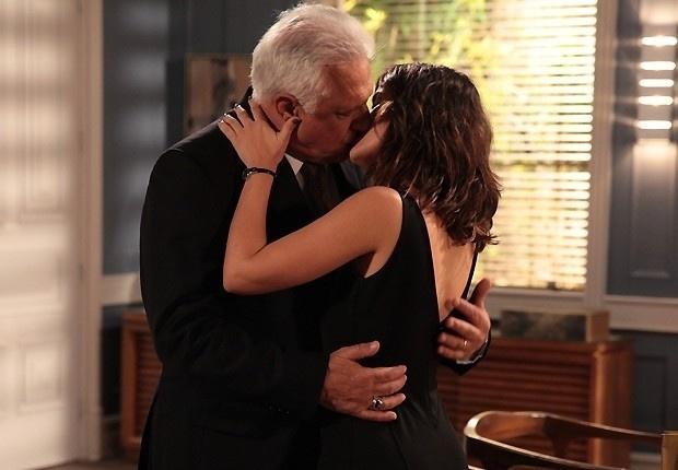 6.jun.2013: Aline beija César