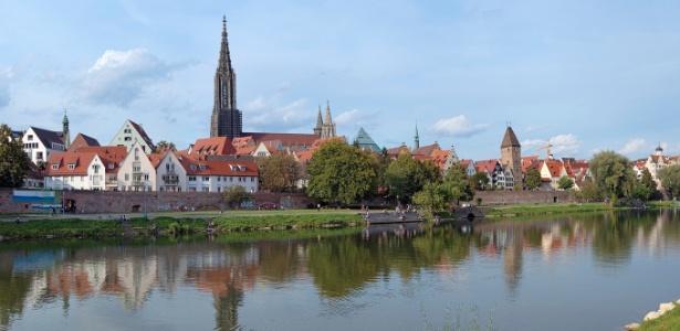 Vista de Ulm com a catedral gótica. A cidade alemã está às margens do rio Danúnio