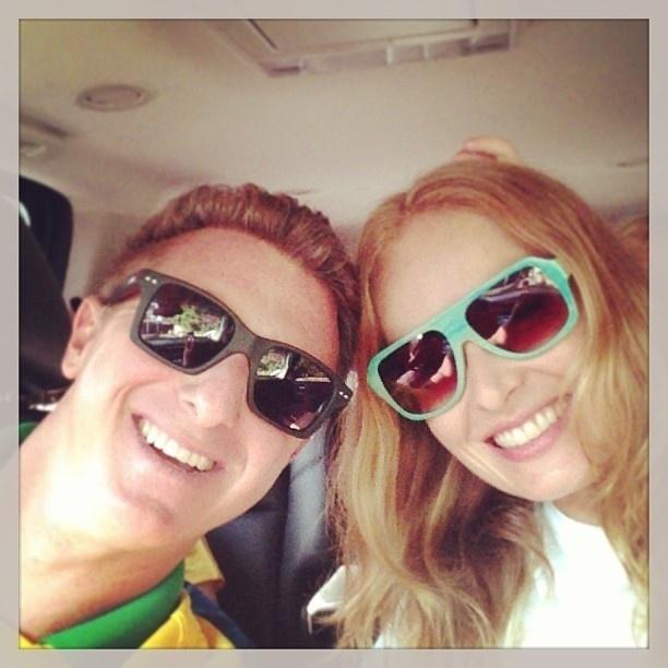 2.jun.2013 - Angélica e Luciano Huck publicam foto a caminho do estádio do Maracanã, que será reinaugurado neste domingo (2), com o amistoso entre Brasil x Inglaterra