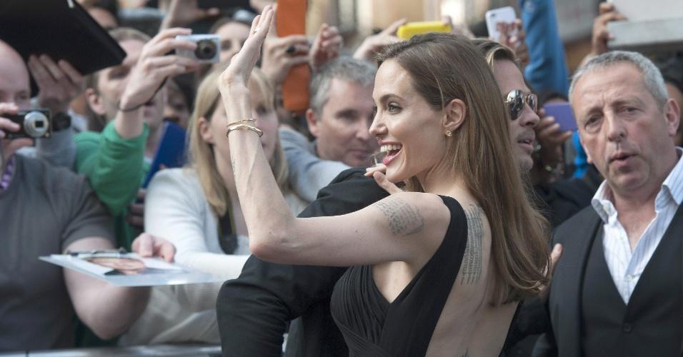 2.jun.2013 - Angelina Jolie acena para fãs na pré-estreia do novo filme de Brad Pitt
