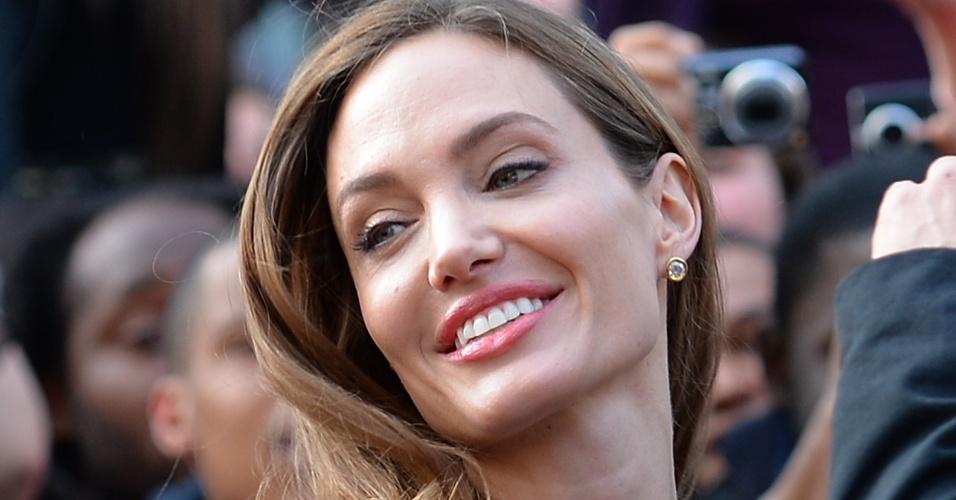 2.jun.2013 - Angelina Jolie ganha ursinho em pré-estreia do novo filme de Brad Pitt