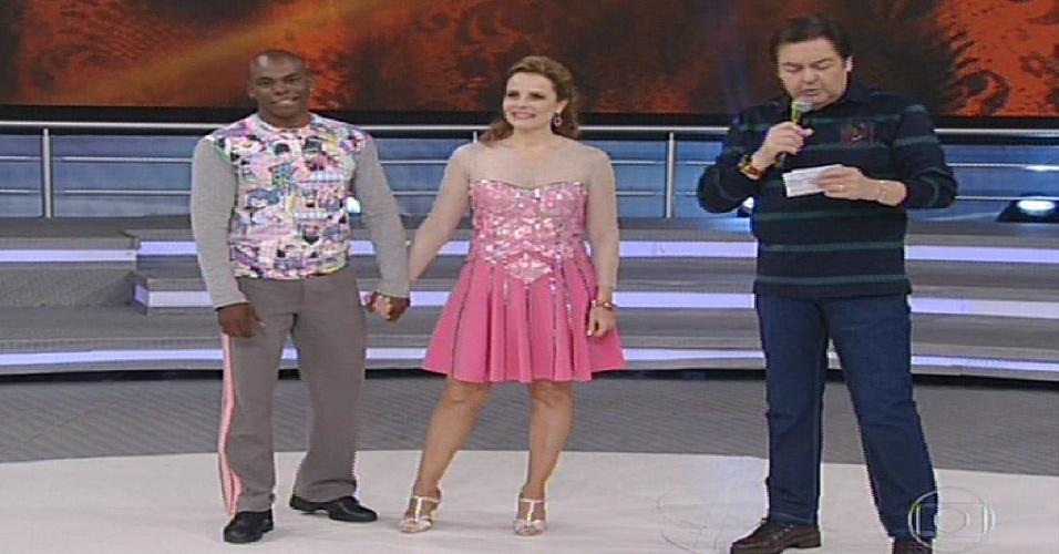 """2.jun.2013 - Bia Seidl e Edson Almeida conversam com Faustão antes da """"Dança dos Famosos"""""""