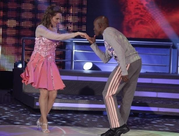 """2.jun.2013 - Bia Seidl e Edson Almeida dançam 'Titanium', de David Guetta, no quadro """"Dança dos Famosos"""", no """"Domingão do Faustão"""""""