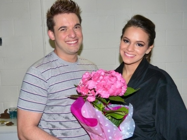 """2.jun.2013 - Bruna Marquezine recebe flores de seu professor Átila Amaral antes do quadro """"Dança dos Famosos"""""""