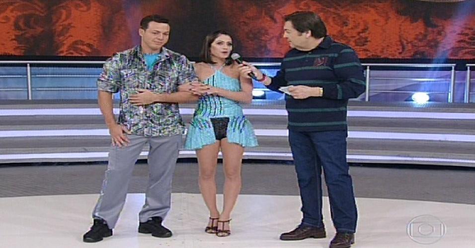 """2.jun.2013 - Carol Castro e Leandro Azevedo conversam com Faustão antes da """"Dança dos Famosos"""""""
