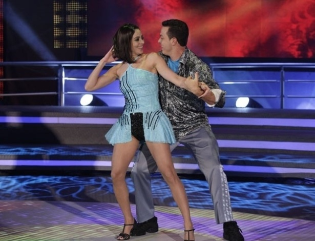 "2.jun.2013 - Carol Castro e Leandro Azevedo dançam ""Till the world ends"", de Britney Spears, no quadro ""Dança dos Famosos"""