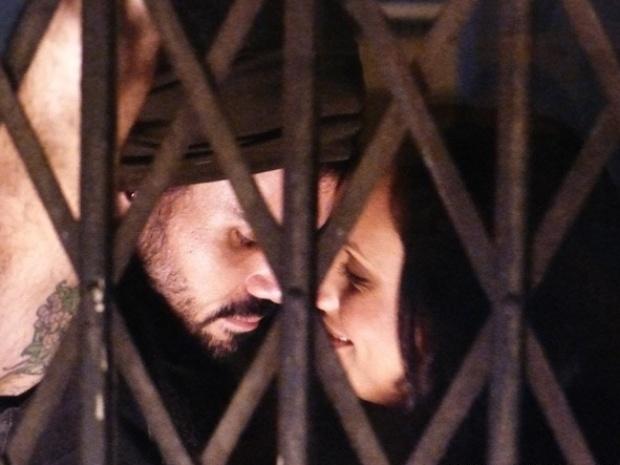 """Em """"Amor À Vida"""", Ninho recusa beijo de Alejandra por causa de Paloma"""