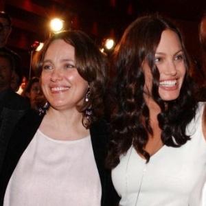 Angelina Jolie e sua mãe, Marcheline Bertrand, em foto de 2001