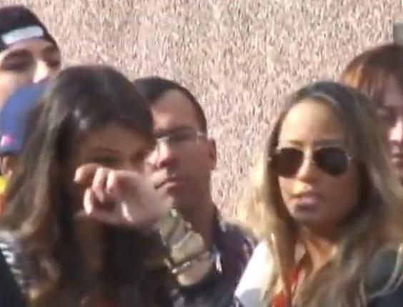 3.jun.2013 - Ao lado de Rafaella Beckran, irmã de Neymar, Bruna Marquezine chora durante sessão de fotos de Neymar, em Barcelona