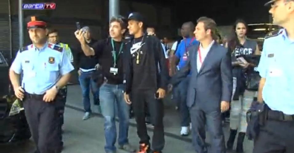 3.jun.2013 - Bruna Marquezine (dir.) se mantém longe do namorado Neymar ao desembarcar no aeroporto de Barcelona