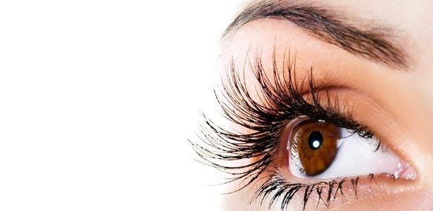 """Nunca dormir maquiada e evitar o uso de máscaras à prova d""""água são algumas das dicas dos especialistas para evitar o enfraquecimento dos cílios - Thinkstock"""