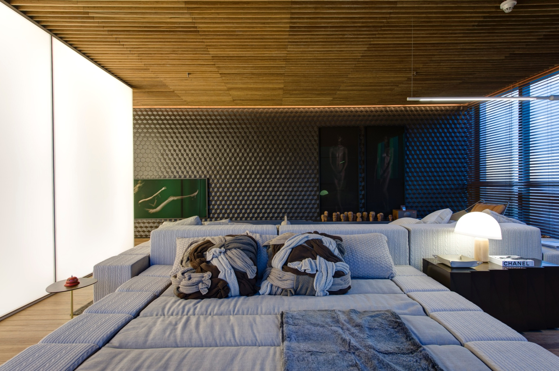 No ambiente Hotel Black, assinado por Guilherme Torres, o teto feito de bambu é combinado à parede com  revestimento de efeito tridimensional. A cama (à frente) foi desenvolvida pelo escritório do arquiteto. A 3ª Mostra Black fica aberta à visitação até dia 9 de julho de 2013, nos cinco últimos andares da torre anexa ao shopping JK Iguatemi, em São Paulo