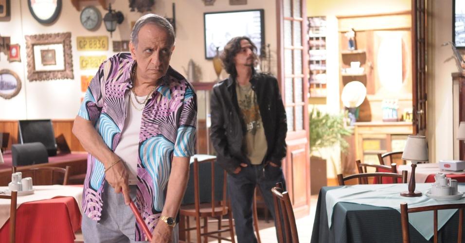 """04.jun.2013 - Em """"Dona Xepa"""", Dorivaldo (Bemvindo Sequeira) varre o salão e se assusta com bandido"""