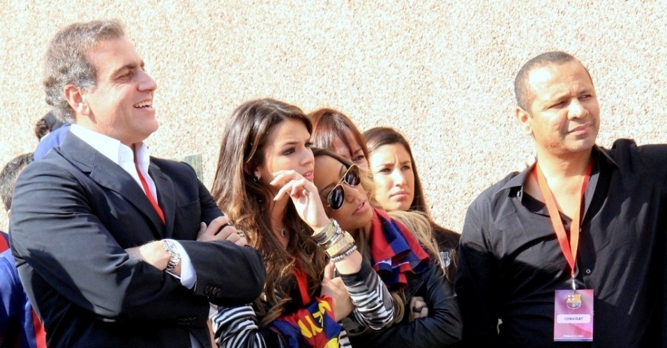 3.jun.2013 - Bruna Marquezine e Rafaella, irmã de Neymar, acompanham a apresentação do jogador em Barcelona
