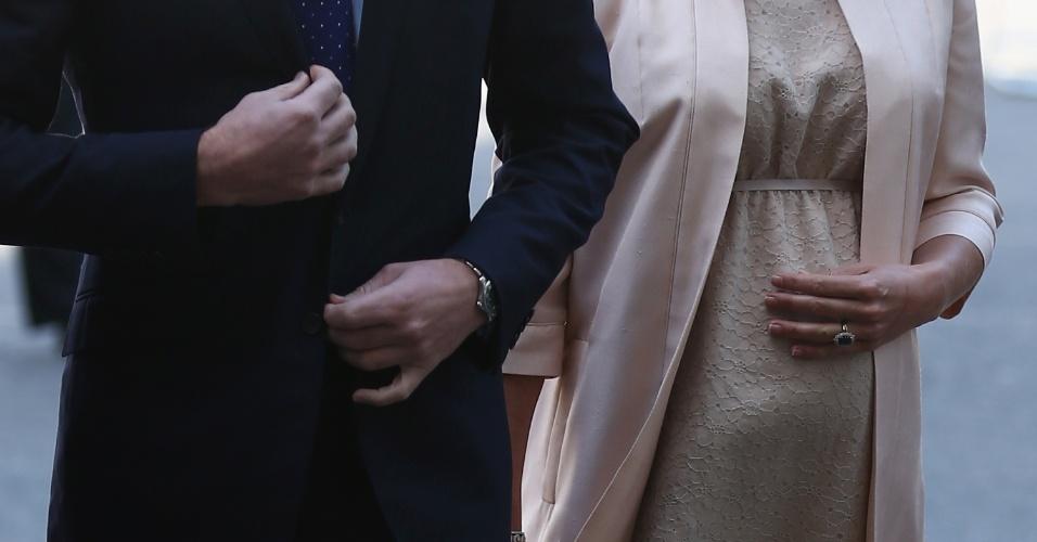 4.jun.2013 - Detalhe da chegada do príncipe William e de Kate Middleton à catedral de Westminster para a missa em comemoração aos 60 anos da coroação da Rainha Elizabeth 2ª. A duquesa de Cambridge usou um vestido discreto, mas era possível ver a barriga da gravidez
