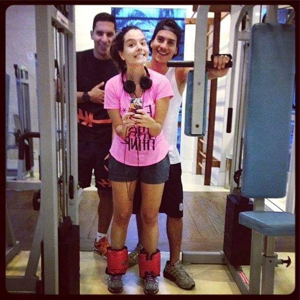 4.jun.2013 - Giovanna Lancellotti malha ao lado do namorado