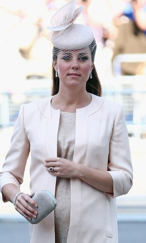 4.jun.2013 - Kate Middleton chega à catedral de Westminster para a missa em comemoração aos 60 anos da coroação da Rainha Elizabeth 2ª. A duquesa de Cambridge usou um vestido discreto, mas era possível ver a barriga da gravidez