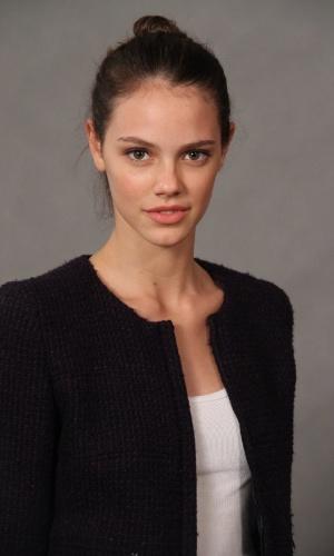 """4.jun.2013 - Laura Neiva, que vive Stela Rosado, bisneta de Candinha (Fernanda Montenegro), posa com o elenco do remake de """"Saramandaia"""""""