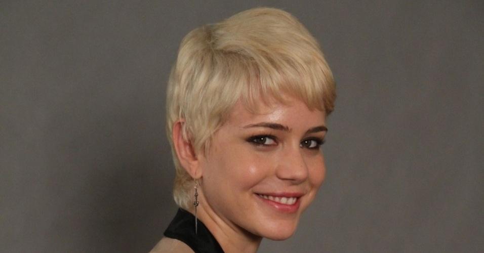 """4.jun.2013 - Leandra Leal, que será a veterinária Zélia, posa com o elenco do remake de """"Saramandaia"""""""