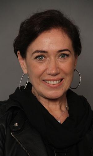 """4.jun.2013 - Lilia Cabral, que vive o papel de Vitória, posa com o elenco do remake de """"Saramandaia"""""""