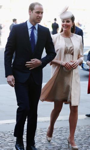 4.jun.2013 - Príncipe William e Kate Middleton chegam à catedral de Westminster para a missa em comemoração aos 60 anos da coroação da Rainha Elizabeth 2ª. A duquesa de Cambridge usou um vestido discreto, mas era possível ver a barriga da gravidez