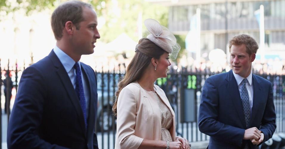 4.jun.2013 - Príncipe William, Kate Middleton e o príncipe Harry chegam à catedral de Westminster para a missa em comemoração aos 60 anos da coroação da Rainha Elizabeth 2ª. A duquesa de Cambridge usou um vestido discreto, mas era possível ver a barriga da gravidez