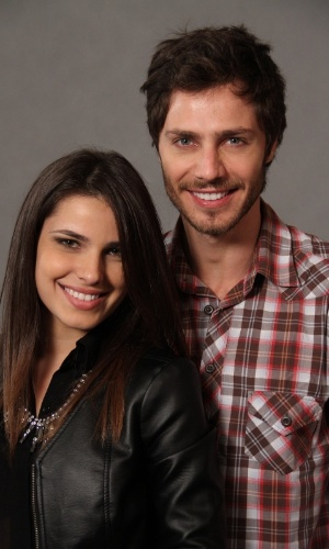 """4.jun.2013 - Thaís Melchior e Andre Bankoff posam juntos na apresentação do remake de """"Saramandaia"""""""