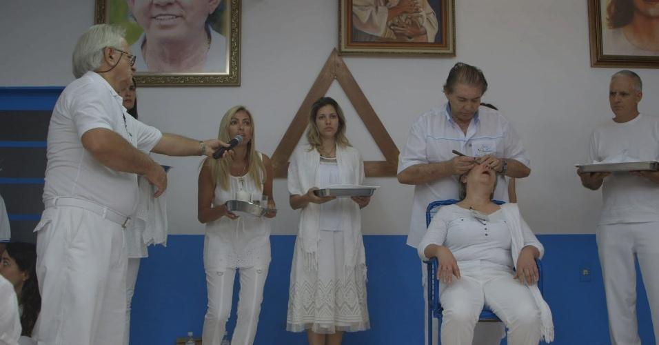 """5.jun.2013 - A série """"Tabu Brasil"""" que estreia nova temporada nesta quarta (5) exibirá pessoas que fazem tratamentos de saúde como cirurgias espirituais e uso de substâncias tóxicas extraídas de animais"""