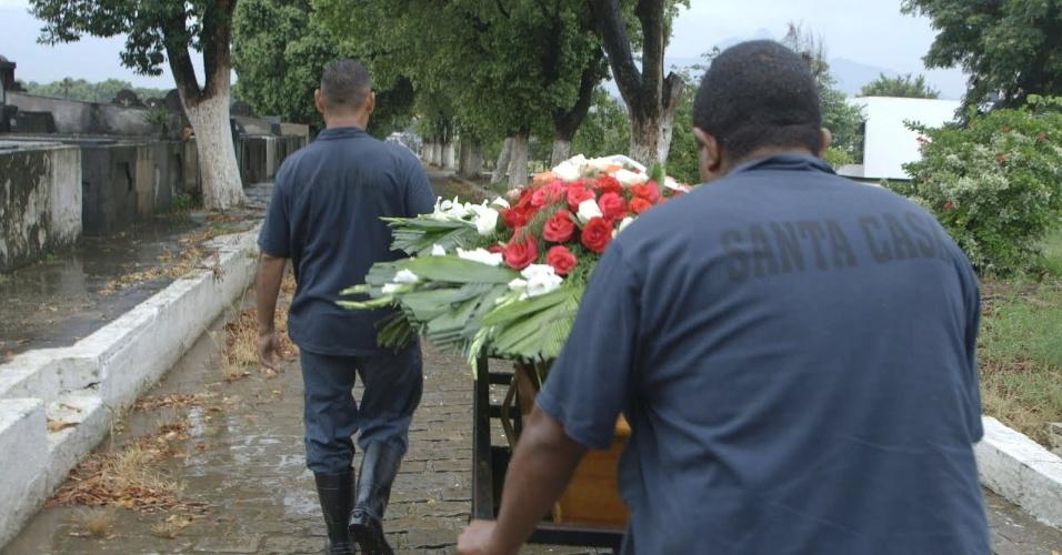 """5.jun.2013 - Segundo episódio da série """"Tabu Brasil"""", exibida no canal a cabo NatGeo, conta a história de pessoas que trabalham com a morte"""