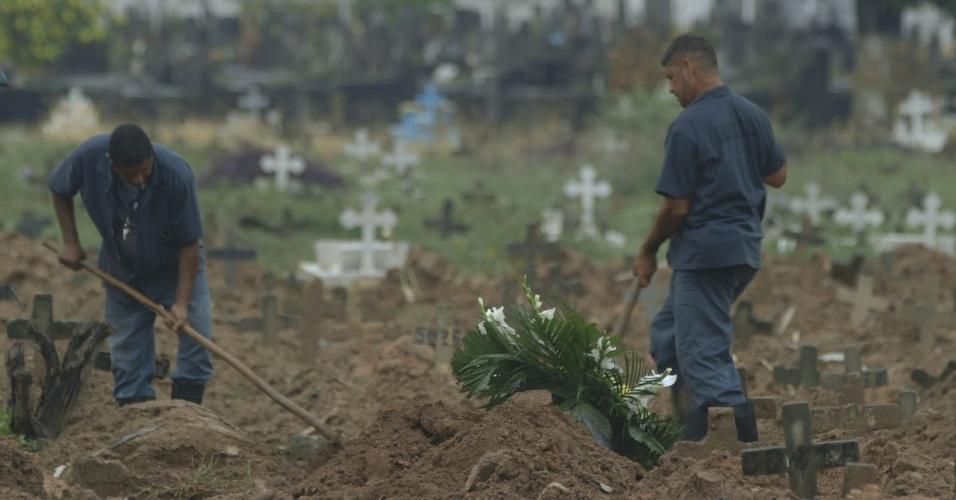 """5.jun.2013 - Segundo episódio da série """"Tabu Brasil"""", exibida no canal a cabo NatGeo, conta a história de pessoas que trabalham com a morte, como coveiros"""