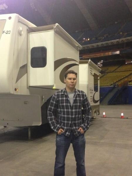 """O diretor Bryan Singer posa em frente ao cenário do Cérebro em """"X-Men: Apocalypse"""" - Divulgação/Twitter"""