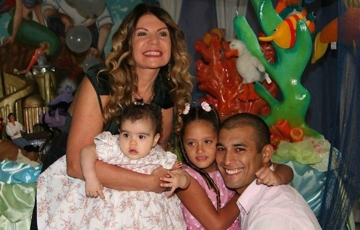 A cantora Elba Ramalho e Gaetano Lopes, com quem foi casada de 1995 até 2008, adotaram três meninas: Maria Clara em 2000, Maria Esperança em 2007 e Maria  Paula em dezembro de 2008