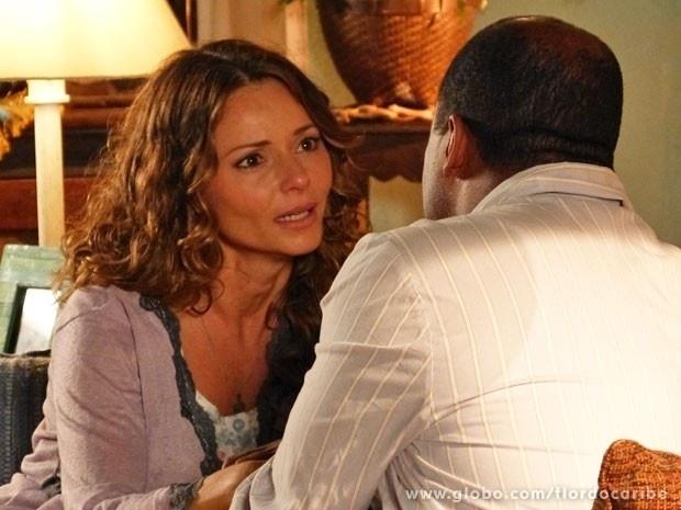 """Em """"Flor do Caribe"""", Doralice não se conforma com a gravidez de Natália e reclama para Quirino"""