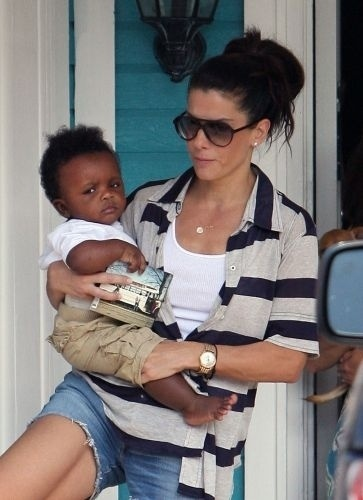 Em meio ao escândalo envolvendo seu divórcio de Jesse James, Sandra Bullock anunciou a adoção do menino Louis, de três meses e meio, em abril de 2010. O bebê estava com a atriz desde janeiro de 2010, e após a separação, ela o adotou como mãe solteira