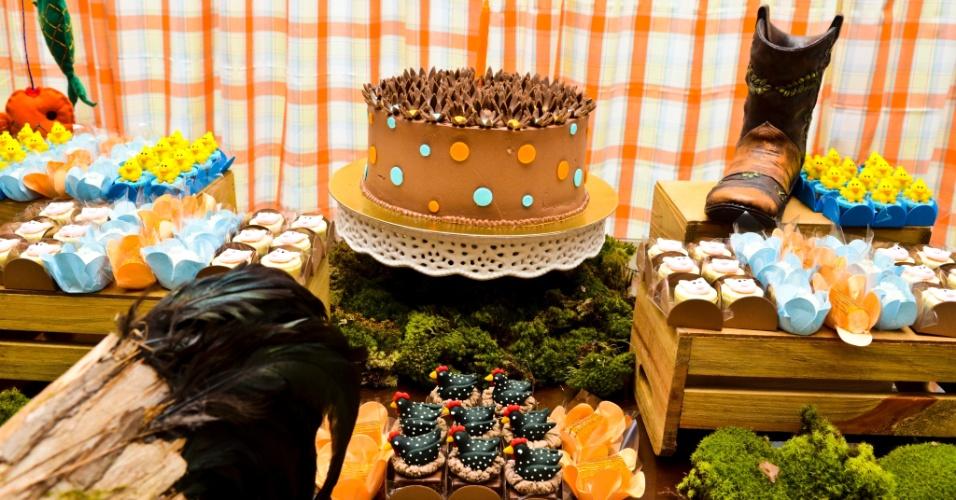 Idealizada por Letícia Alencar (www.leticiaalencar.com.br), a festa de aniversário de um ano de Enrico foi inspirada no tema ?fazendinha?. Musgos, feno e cactos foram evidenciados pelo tecido xadrez alaranjado