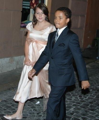 Nascidos em 1993 e 1995 respectivamente, Isabella Jane Kidman Cruise e Connor Anthony Kidman Cruise são os filhos de Nicole Kidman e Tom Cruise, que foram casados por dez anos e se separaram em 2001. Nesta foto, os dois estão arrumados para o casamento do ator com Katie Holmes, em 2006