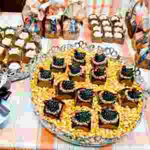 ?O menu foi desenvolvido com uma pegada de fazenda?, explica Letícia Alencar (www.leticiaalencar.com.br), que optou por docinhos de fruta esculpidos na forma de animais como galinha d'angola e porquinhos. Também contribuem para a decoração temática as caçarolinhas azuis, da Maria Brigadeiro (www.mariabrigadeiro.com.br) - Katia Rocha/PubliVídeo/Divulgação